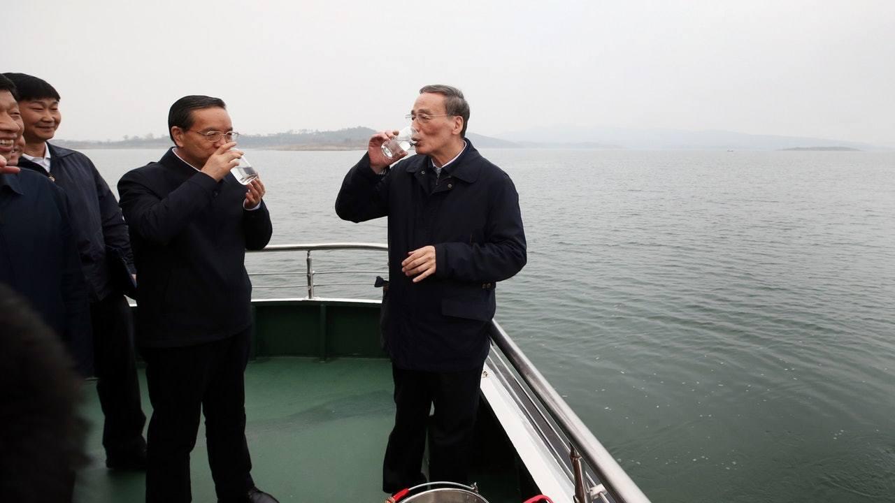 中國大陸國家副主席王岐山(右)日前到湖北調研,飲用水庫撈上來的水。(香港01)