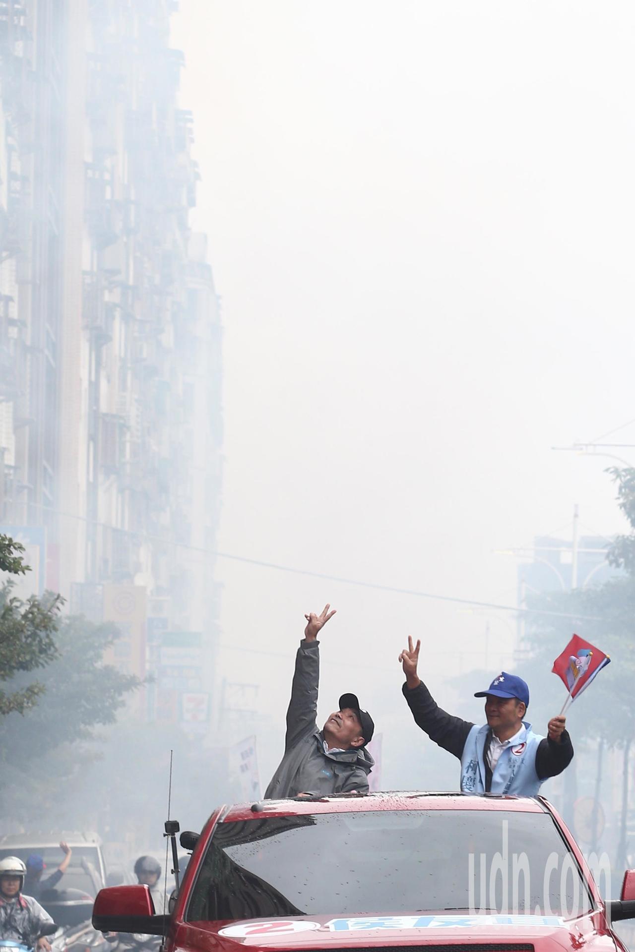 國民黨新北市長候選人侯友宜(左)上午到八里.淡水車隊掃街,滿街都是熱情民眾放的鞭...