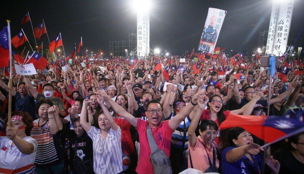 國民黨高雄市長候選人韓國瑜在鳳山舉辦超級星期六造勢晚會,現場湧入超過十萬群眾場面...