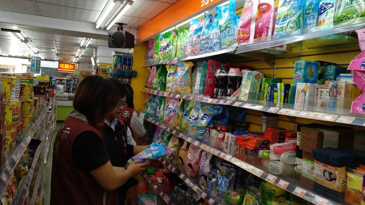 桃園市政府經濟發展局及消保官上個月抽查全桃園洗衣相關清潔用品,發現有35%商品標...