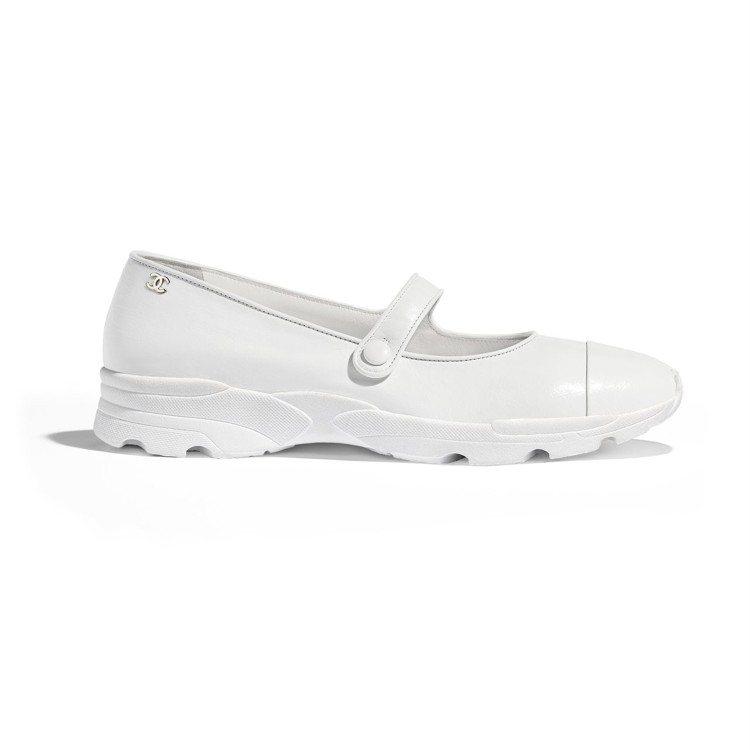 白色皮革瑪莉珍款平底鞋,27,300元。圖/香奈兒提供