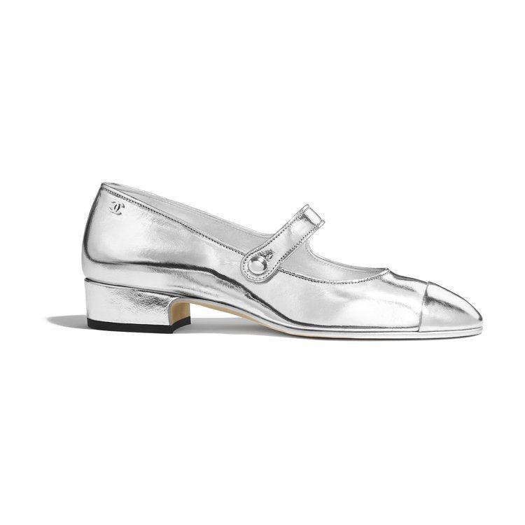 銀色金屬漆皮低跟瑪莉珍鞋,26,900元。圖/香奈兒提供