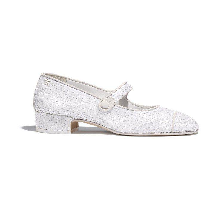 白色亮片低跟瑪莉珍鞋,36,300元。圖/香奈兒提供