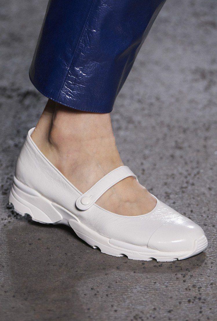 休閒運動風格的版本更有著橡膠運動鞋底,顯得格外年輕。圖/香奈兒提供