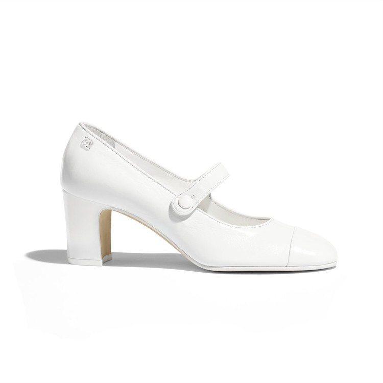 白色皮革高跟瑪莉珍鞋,28,100元。圖/香奈兒提供