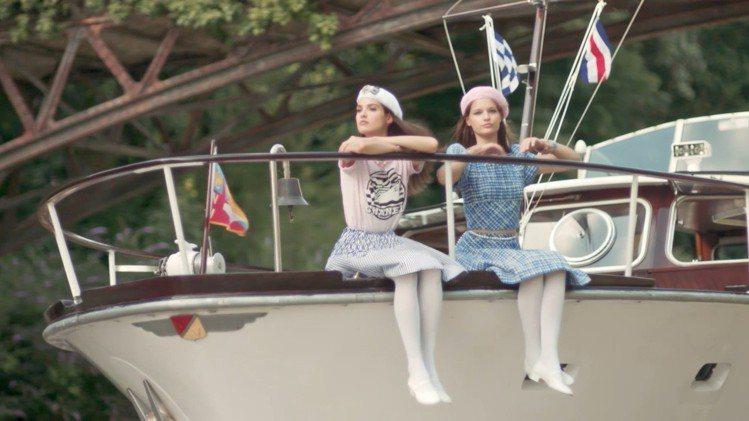 卡爾將2018/19 Cruise度假系列中的瑪莉珍鞋定義為「孩子們的派對鞋」,...