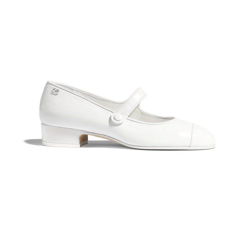 白色皮革低跟瑪莉珍鞋 售價NT$26,900元。圖/香奈兒提供
