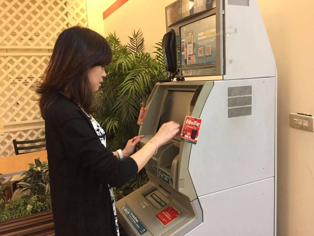 針對小額交易「ATM跨行轉帳」手續費降費問題。金管會主委顧立雄說,財金公司正積極...