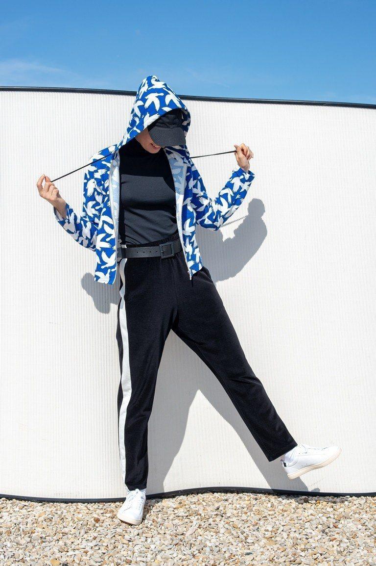 agnès b. 首度發表與法國知名創作歌手Jain合作的服裝系列,用白色和平鴿...