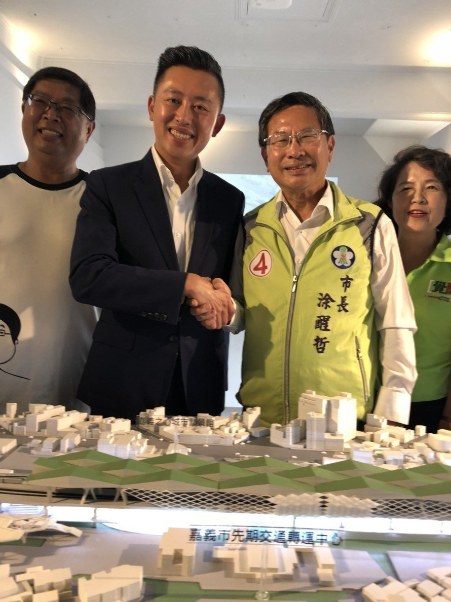 兩位市長同台對談,涂醒哲(右二)展現涂氏幽默,虧林智堅(左二)說「因為林市長選得...