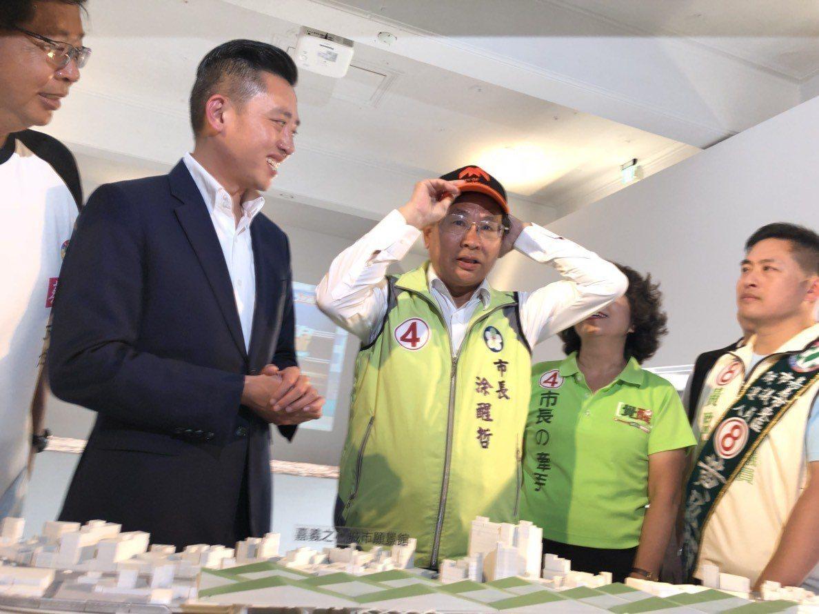 新竹市長林智堅(左二)準備一頂帽子當見面禮,嘉義市長涂醒哲(中)回贈他的文宣小物...