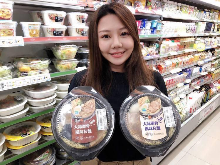 全家瞄準冬季溫降商機,兩款花月嵐經典拉麵強勢回歸,讓民眾輕鬆享受日本拉麵名店風味...