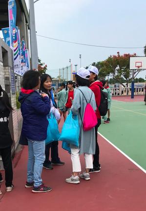陳福海陣營也提供一張楊鎮浯陣營的文宣工出現在縣運會場旁,指出,那都是開放空間,只...