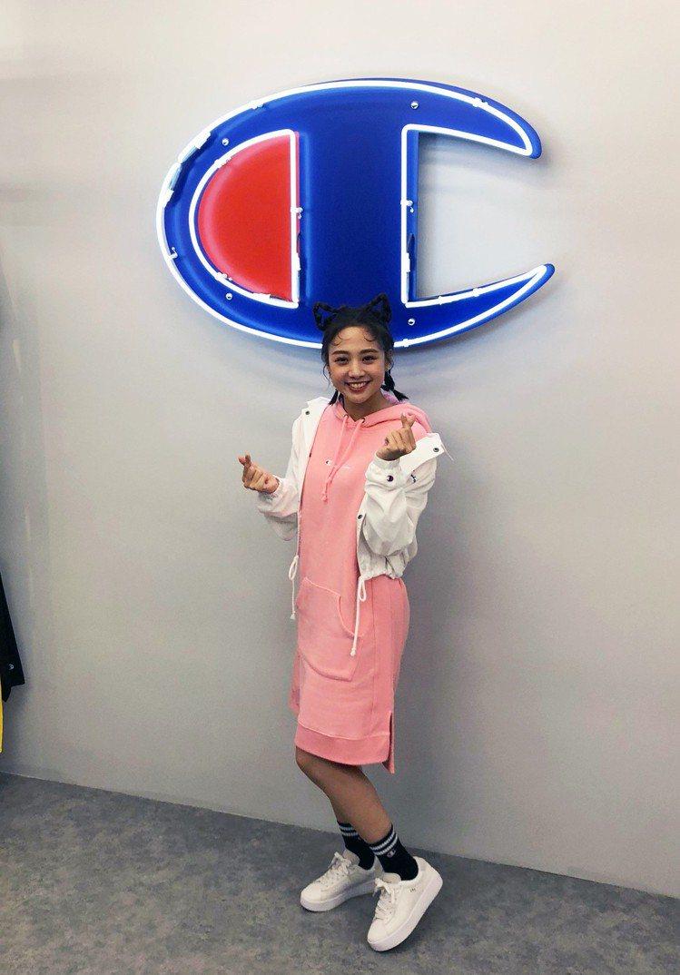 「鬼鬼」吳映潔席潮牌Champion西門旗艦店開幕活動,分享了自己穿搭連帽外套、...