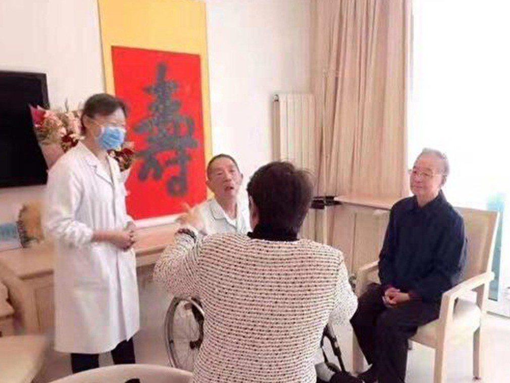 中共前國務院總理溫家寶(右一)探望坐在輪椅上的閻明復。(多維)