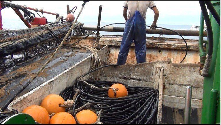非法電魚用的電纜線被海巡隊查扣。圖/淡水海巡隊提供