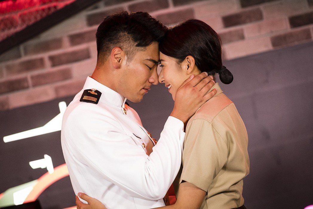 羅平(左)、楊晴在「女力報到」戲中互動狂冒粉紅泡泡。圖/TVBS提供