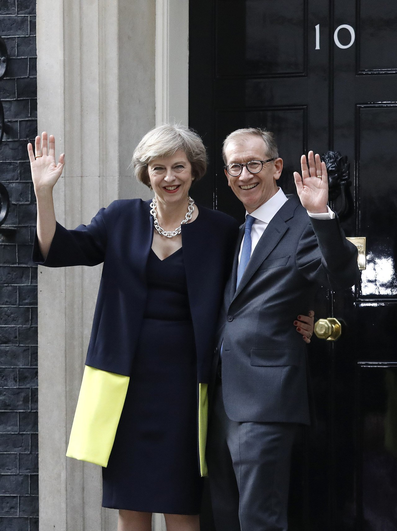 2016年,英國首相梅伊與丈夫菲利普,在倫敦唐寧街10號首相府大門前向民眾揮手致...