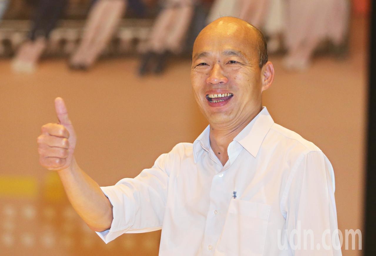 高雄市長辯論今晚登場,國民黨高雄市長候選人韓國瑜到場時豎起大拇指,高喊凍蒜。記者...