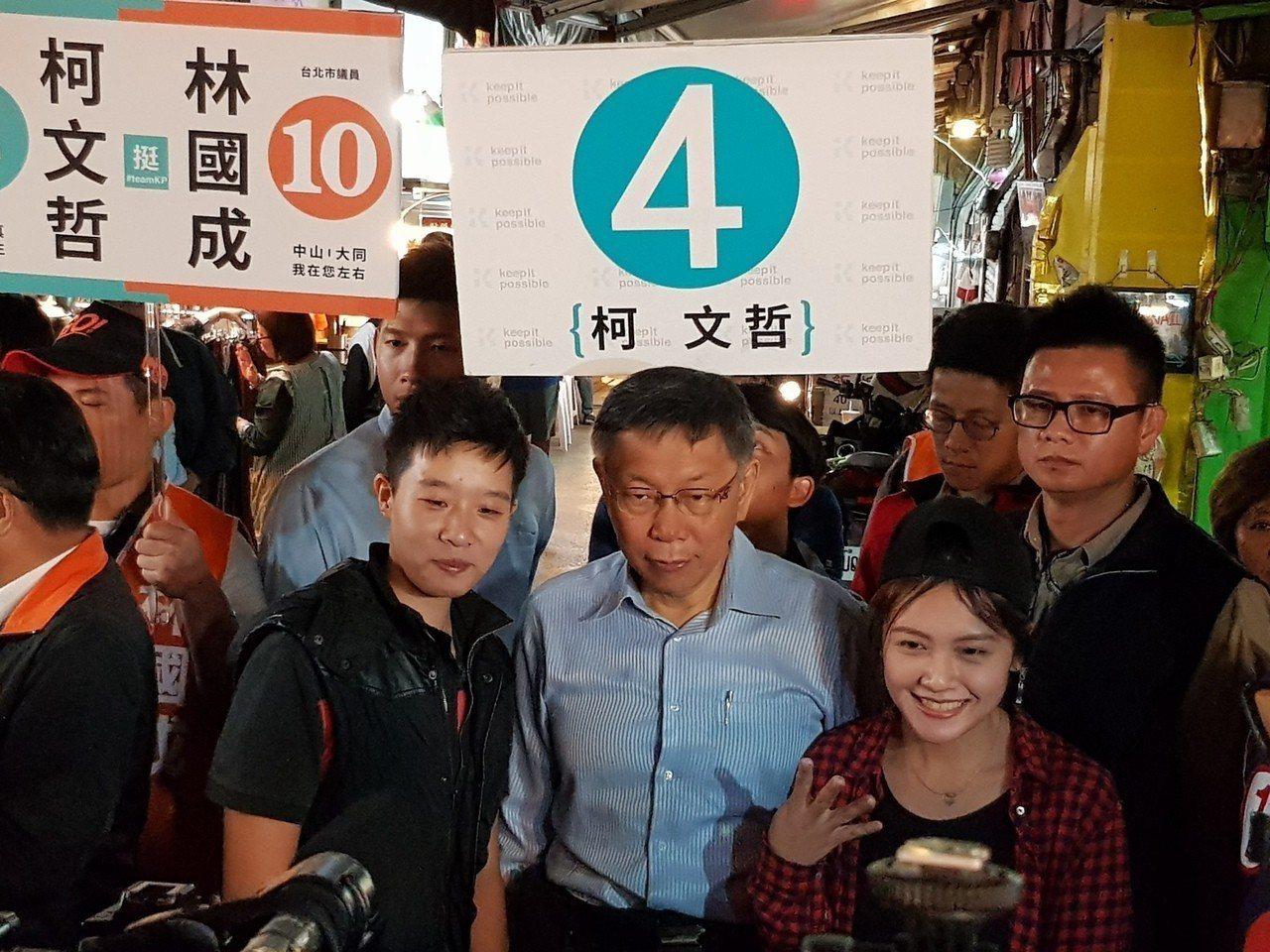 台北市長柯文哲今天傍晚5時30分到晴光商圈與雙城街夜市掃街,與民眾合影。記者翁浩...