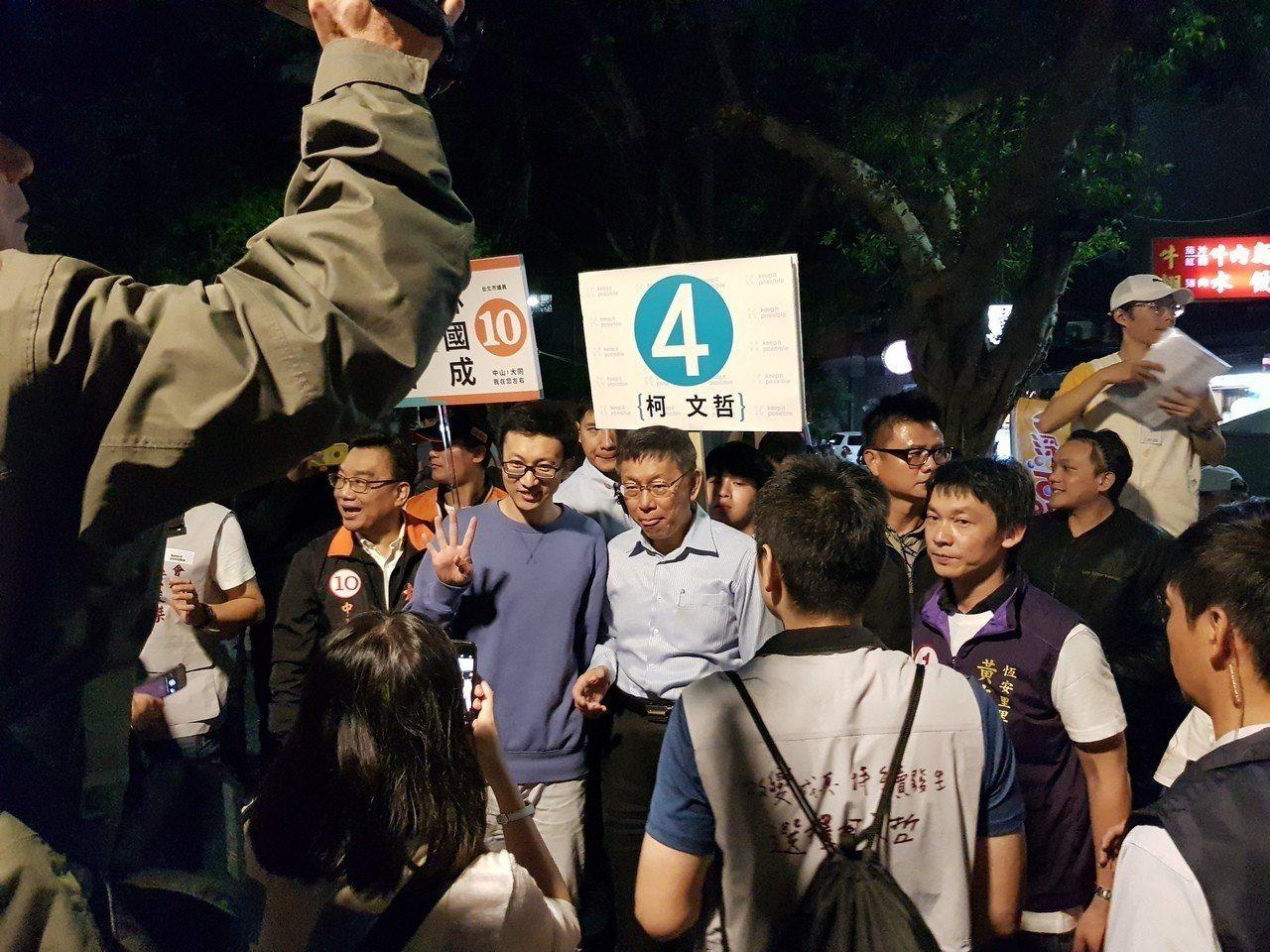 台北市長柯文哲今天傍晚5時30分到晴光商圈與雙城街夜市掃街,因想合影的民眾太多,...