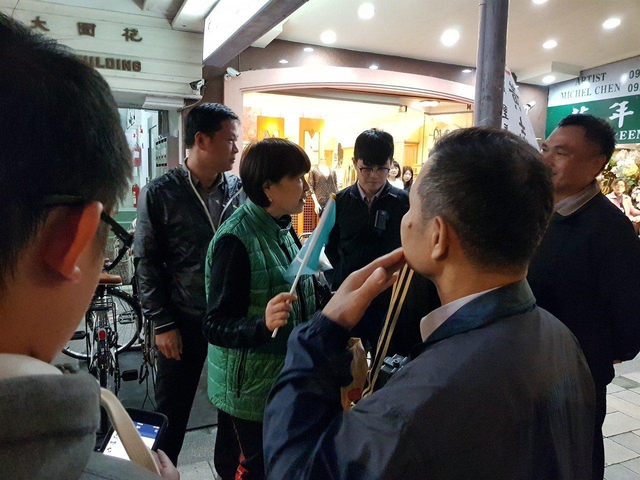 台北市長柯文哲今天傍晚5時30分到晴光商圈與雙城街夜市掃街,有婦人提前到場堵柯,...