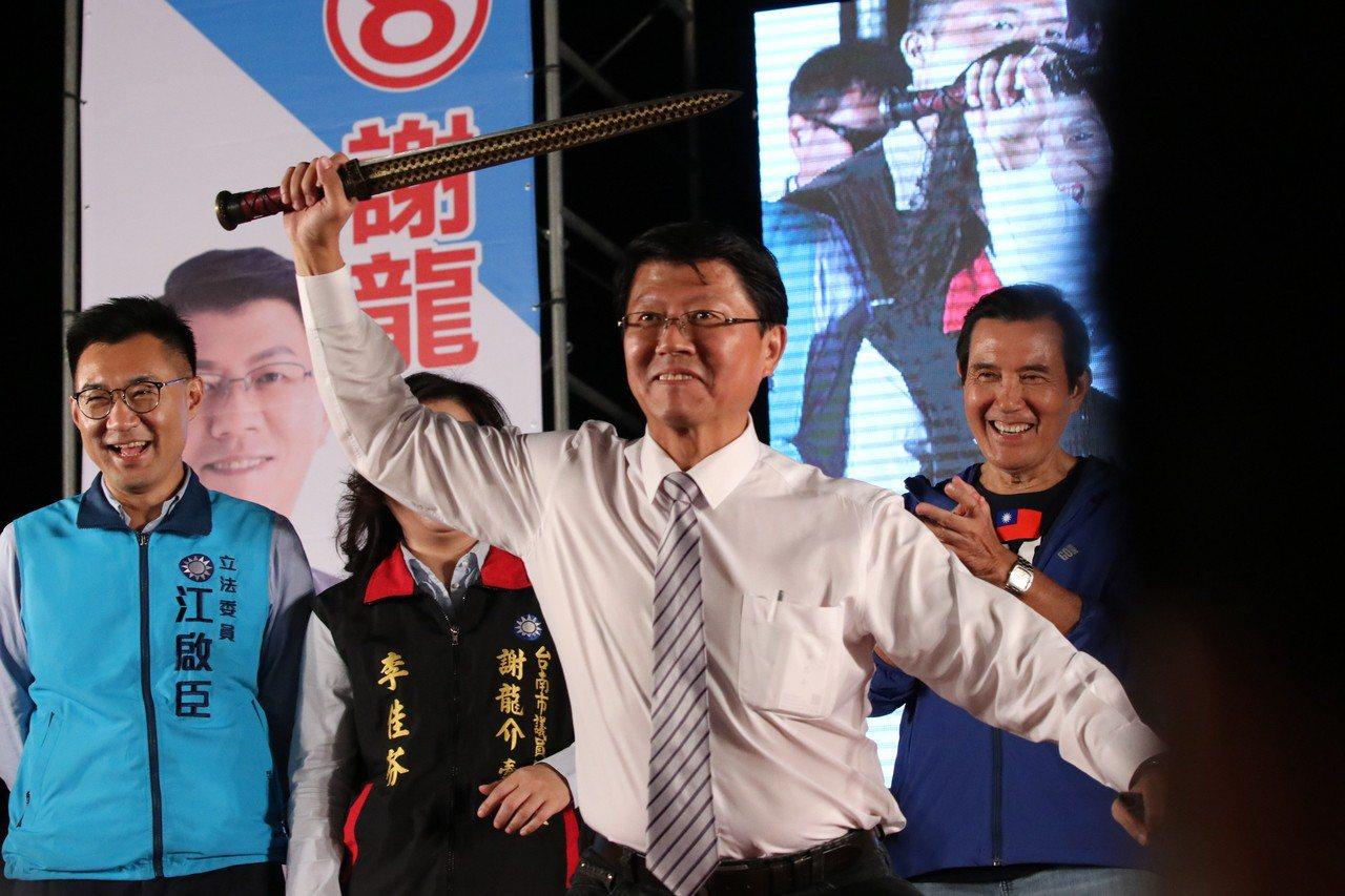 國民黨台南市議員候選人謝龍介在花園夜市,席開210桌舉辦募款餐會。記者綦守鈺/攝...