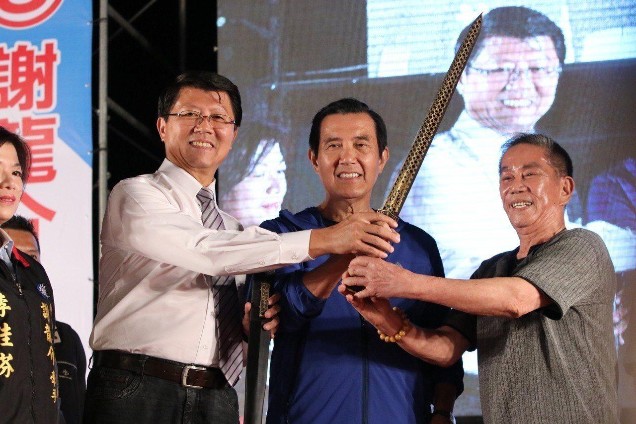 前總統馬英九(中)出席國民黨台南市議員候選人謝龍介募款餐會。記者綦守鈺/攝影