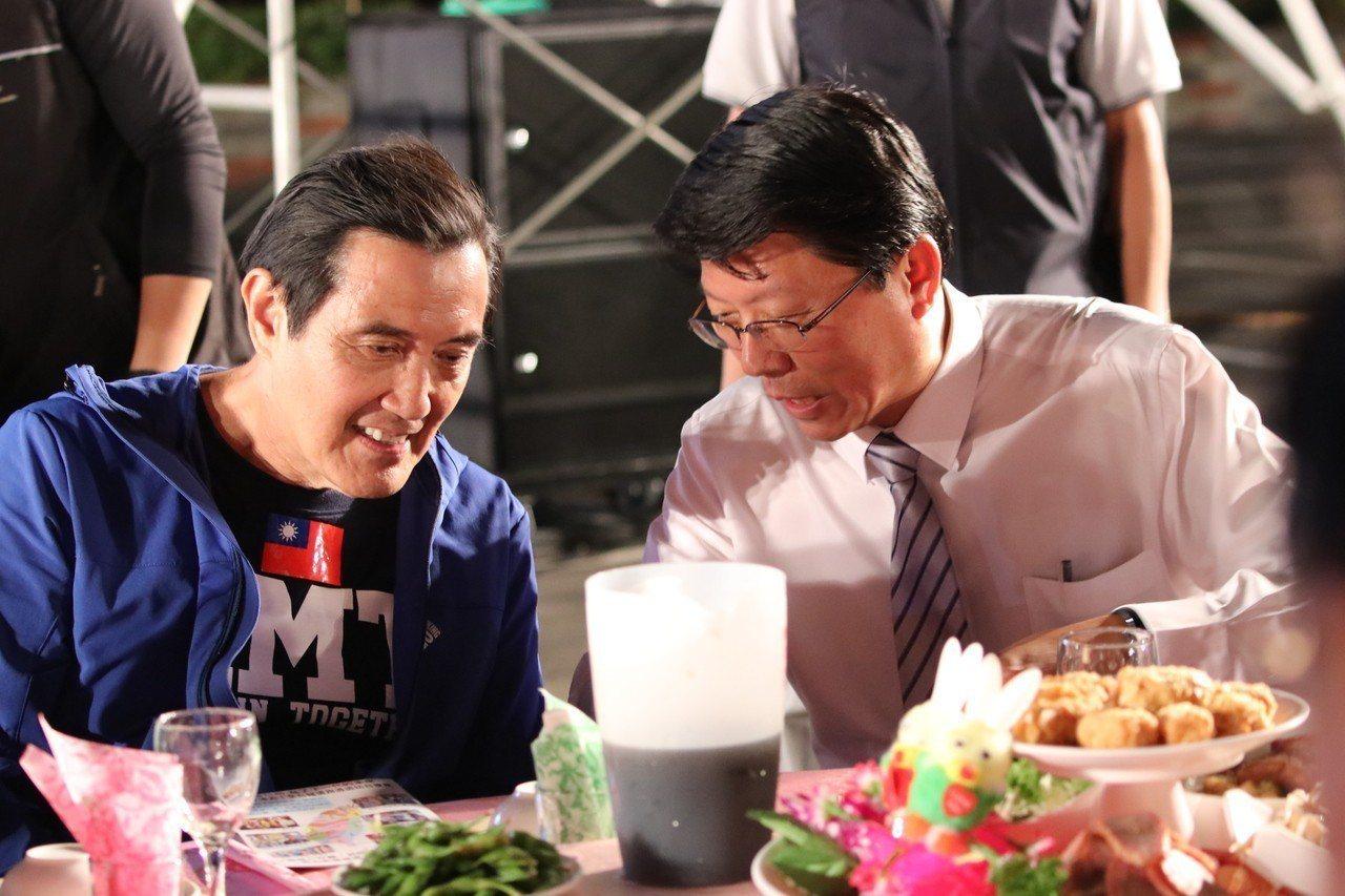 前總統馬英九(左)出席國民黨台南市議員候選人謝龍介募款餐會。記者綦守鈺/攝影