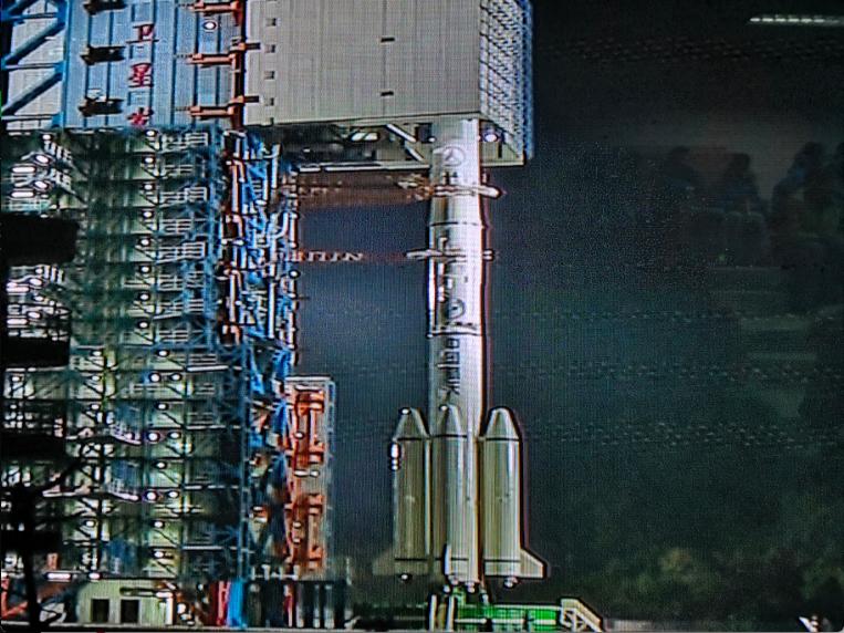 觀射平台裡,設置的電視螢幕,能看到發射前防護照正慢慢打開。特派記者賴錦宏/攝影