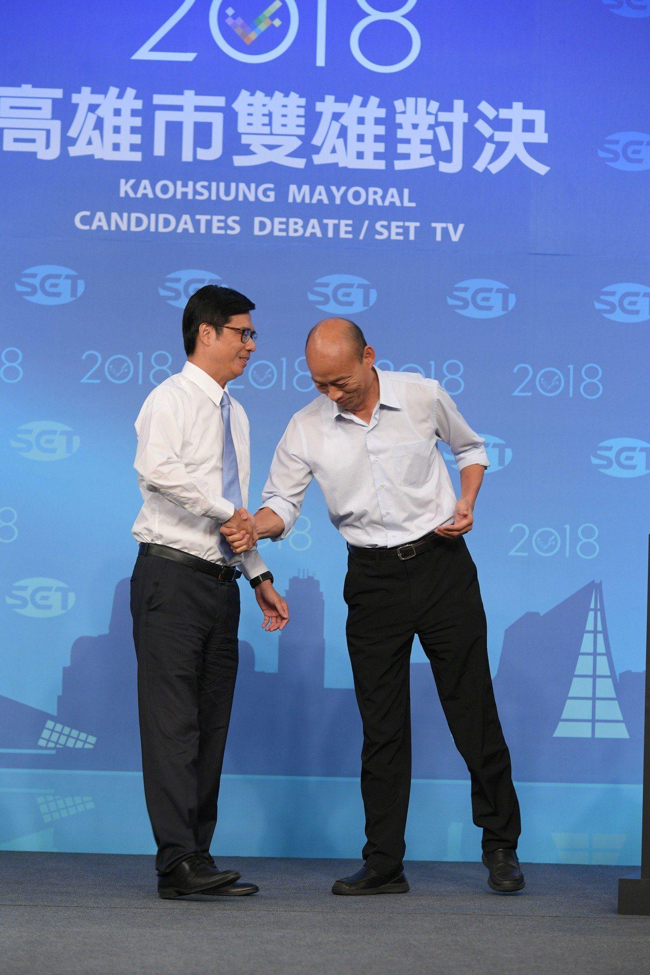 高雄市長候選人陳其邁(左)、韓國瑜(右)辯論會前握手。圖/三立提供