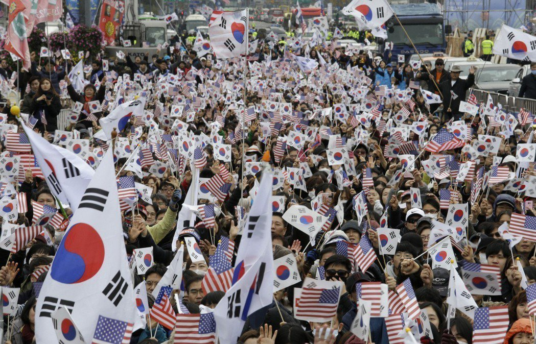 南韓民眾上街遊行。美聯社