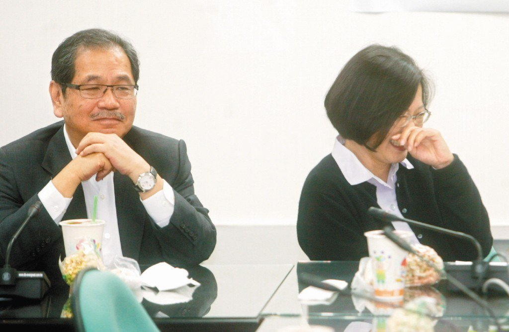 2009年,選後閃辭秘書長的吳乃仁(左)與黨主席蔡英文同台,若有所思。  ...