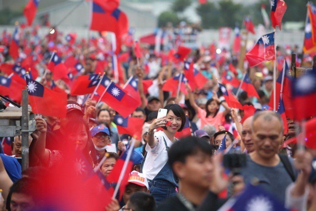 國民黨高雄市長候選人韓國瑜的鳳山大型造勢晚會,數萬支持者揮國旗高呼「凍蒜」。 圖...