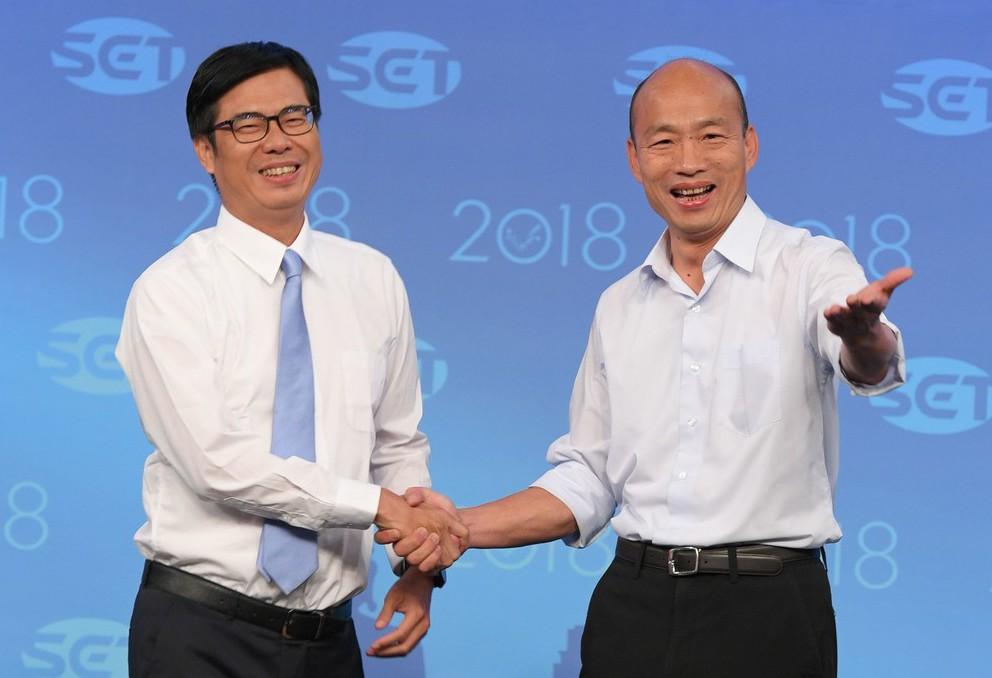 高雄市長候選人陳其邁(左)、韓國瑜(右)19日辯論會前握手。 圖/三立提供