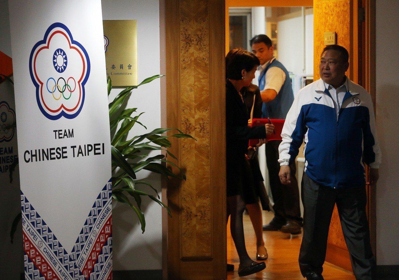 中華奧會主席林鴻道(右)開完會走出辦公室,他昨天與選手溝通,並鼓勵選手站出來為自...