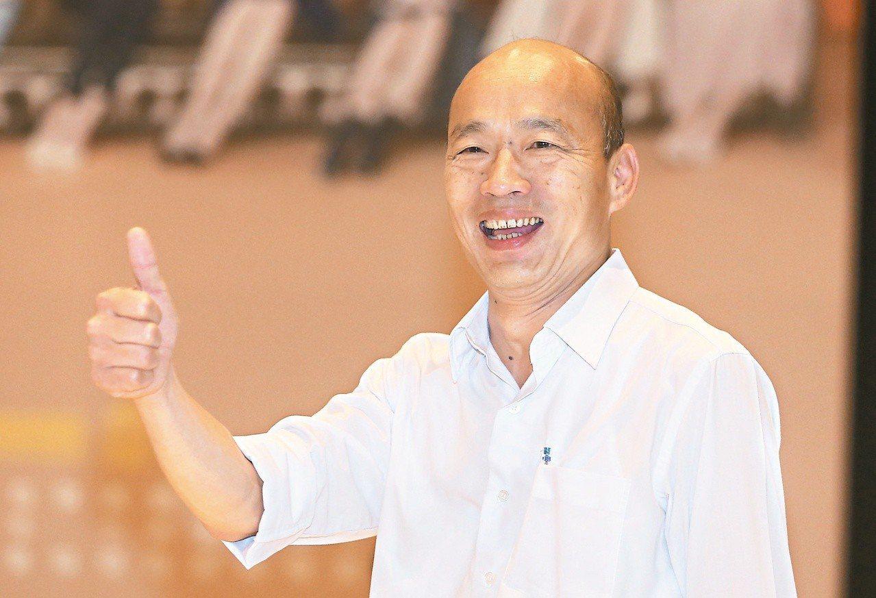 國民黨高雄市長候選人韓國瑜辯論前,豎起大拇指高喊凍蒜,信心十足。記者胡經周/攝影