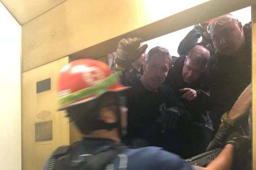救援人員在11樓牆上打洞才能把乘客救出。路透