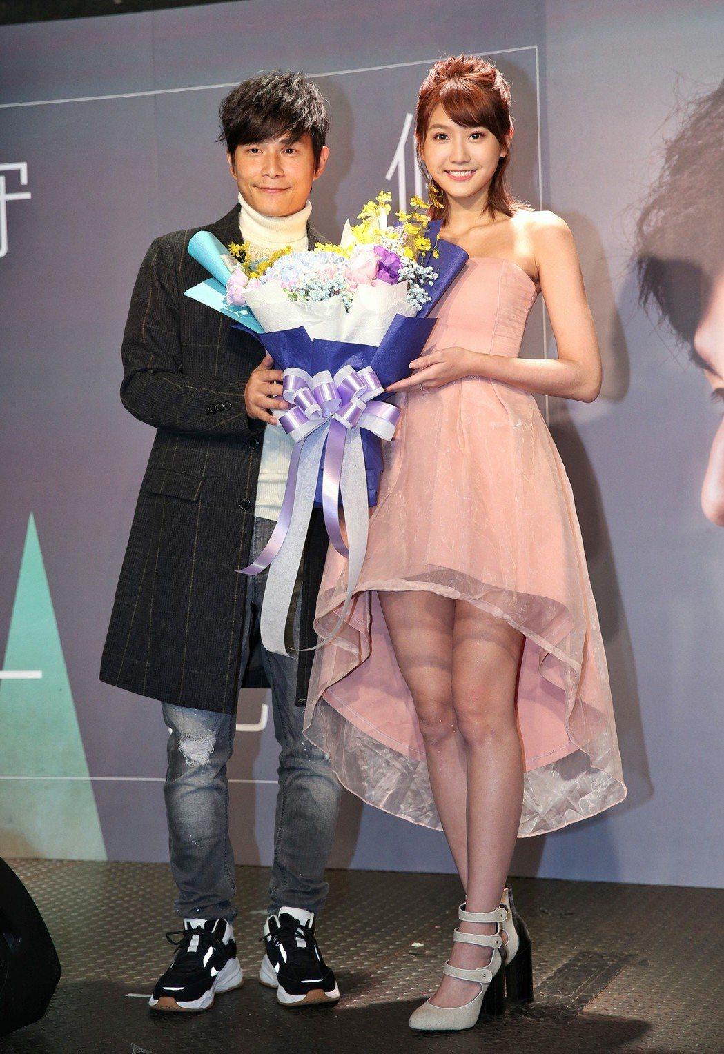 孫協志(左)發新EP,四葉草(右)來站台祝賀。記者鄭清元/攝影