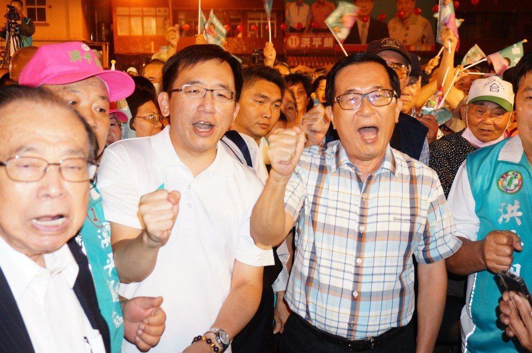 前總統陳水扁(右一)參加「上銬十周年音樂會」,與兒子陳致中(右二)高唱「台灣中國...