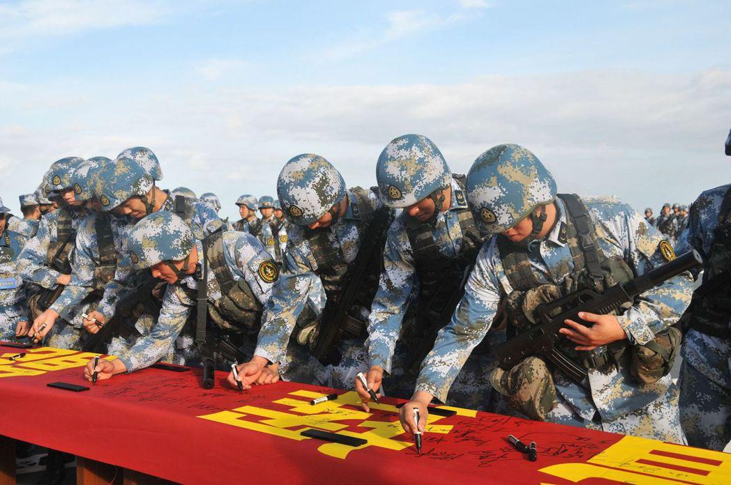 2014年1月26日,中共南海艦隊巡航曾母暗沙,陸戰隊官兵在「矢志強軍、走向深藍...