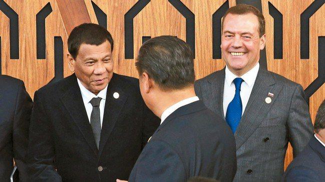 菲律賓總統杜特蒂(左)與中國大陸國家主席習近平(背對者)17日在APEC領袖峰會...