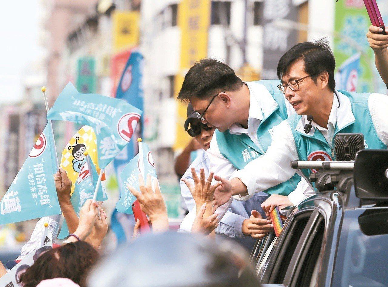 民進黨高雄市長候選人陳其邁(右)上午在前鎮、小港區掃街。 記者林澔一/攝影