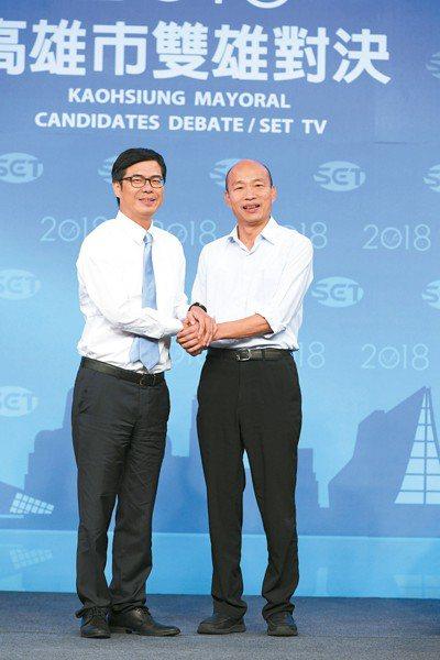 高雄市長候選人陳其邁(左)、韓國瑜(右)辯論會前握手。 圖/三立提供