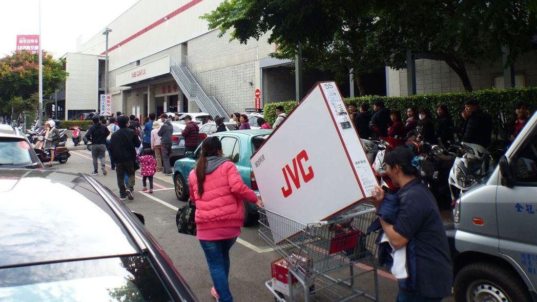 去年好市多「黑色購物節」最讓消費者感到實惠的是「買大電視送小電視」。 圖/聯合報...