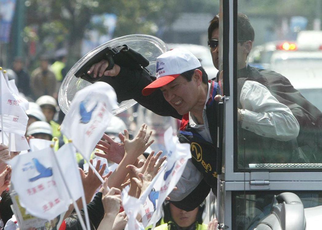 國安局人員首次用防彈盾牌保護馬英九。 本報資料照片╱記者陳易辰攝影