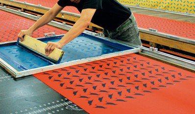 印花樂手印布料生產過程。圖/印花樂提供