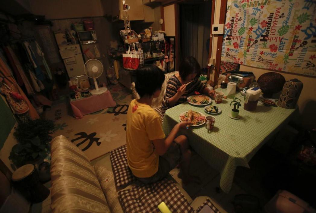 圖為住在東京的單親媽媽齊藤,獨力撫養11歲大的女兒,生活相當艱困。單親家庭只能自...