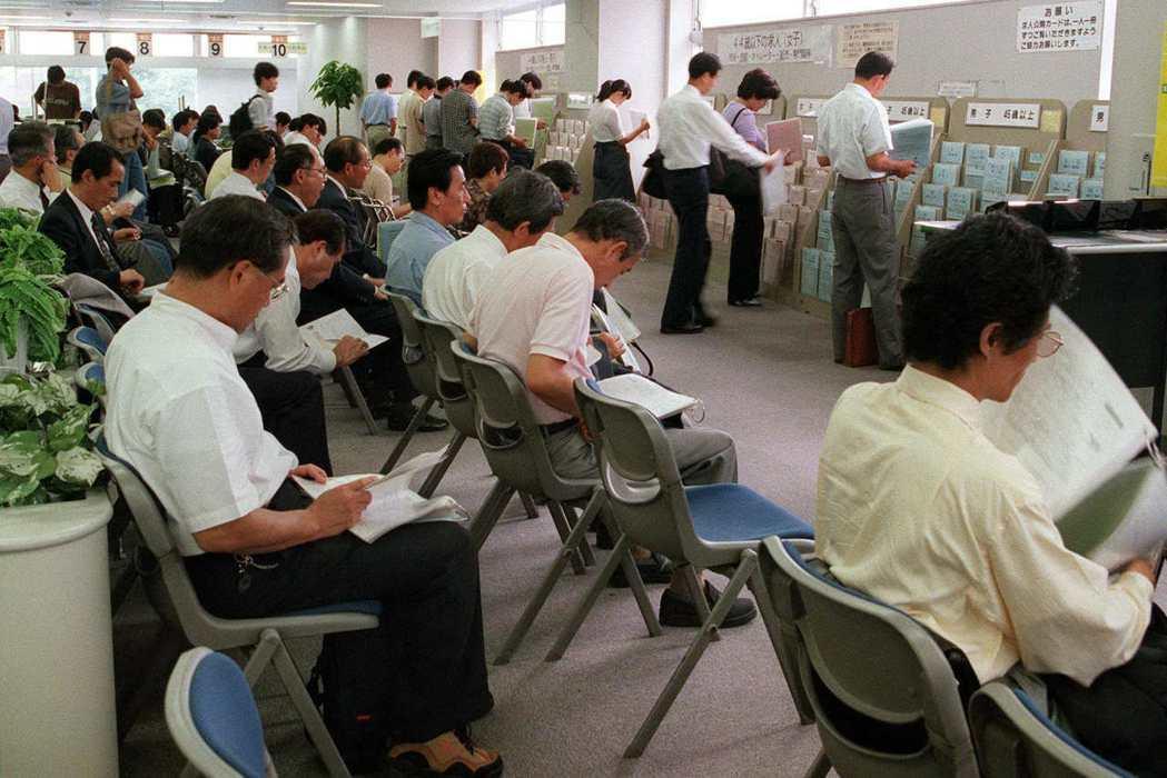 在90年代開始經濟停滯的「失落的二十年」,終身雇用制早已是上個世紀的傳說,就業狀...