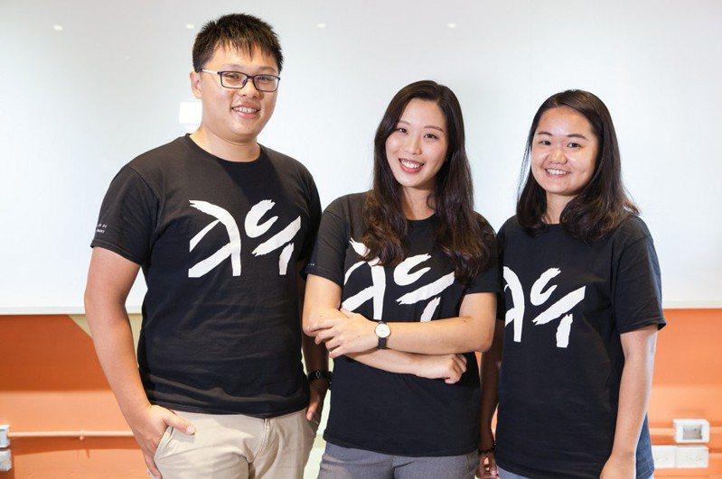 中山大學ACT全球商管學程學生劉家誠(左)、張竹萱(中)、程葉怜(右)。